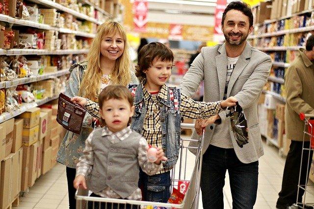 rodiče s dětmi na nákupu