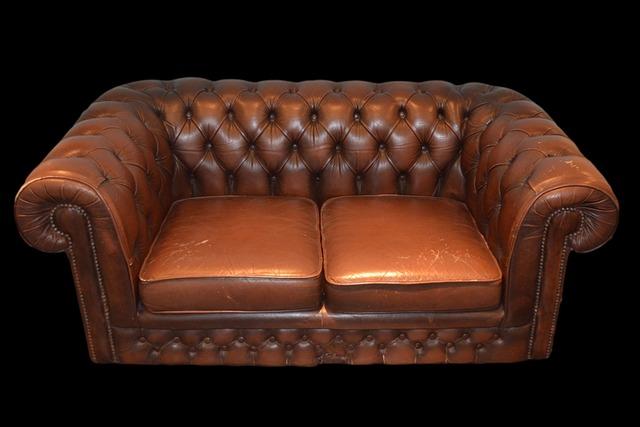 hnědá kožená sedačka