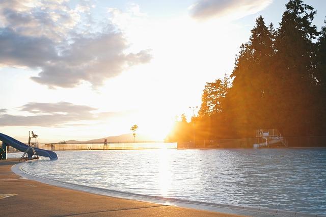 západ slunce za bazénem