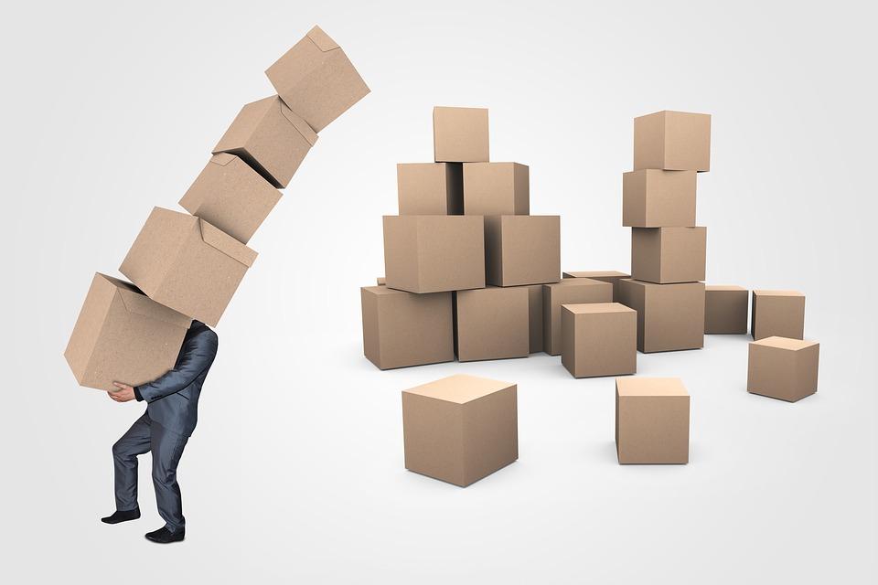 postava s krabicemi